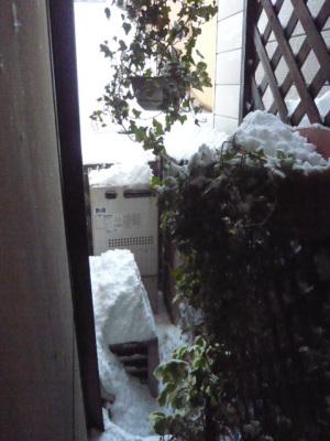 京都の路地に雪